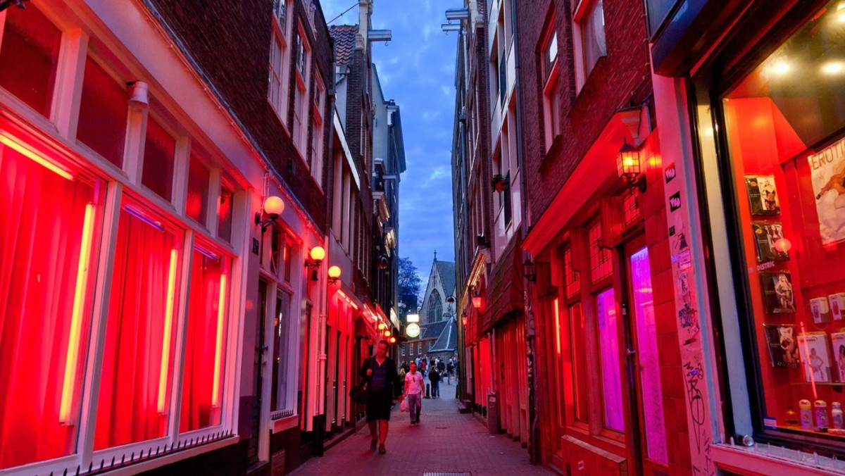 Amsterdams Red Light District To Reopen This Week