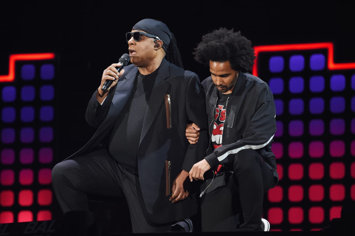 Stevie Wonder Kneels at 2017 Global Citizen Festival Following Trump's Remarks