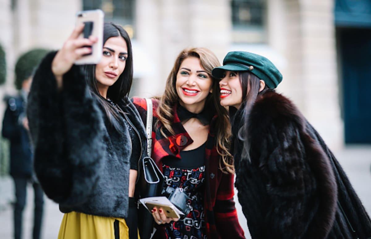 Trois jeunes filles se prennent en selfie avec leur smartphone