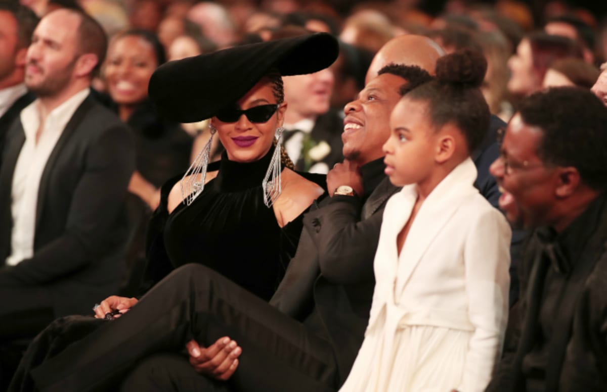 woman photobombs beyonc233 and jay z becomes instant meme