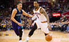 Jeremy Lin guards J.R. Smith.