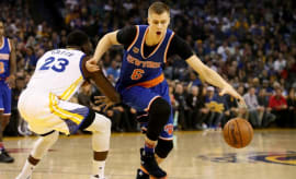 Draymond Green guards Kristaps Porzingis.