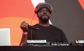 Funkmaster Flex hypes up a crowd.