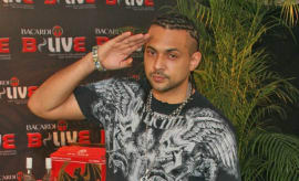 This is Sean Paul posing at an event.