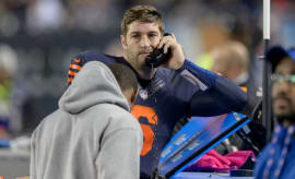 Jay Cutler talks to a coach during the Bears' MNF game against the Vikings.