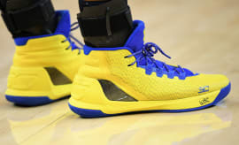 Stephen Curry Signs Shoes Kid
