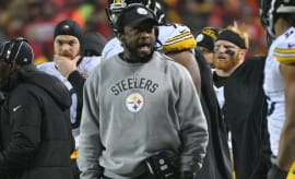 Mike Tomlin yells at a Steelers player.