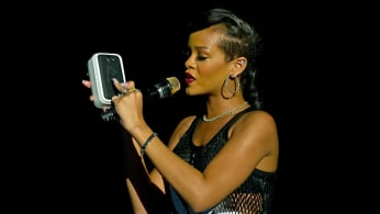 rihanna-social-media-ethers-phone-lead