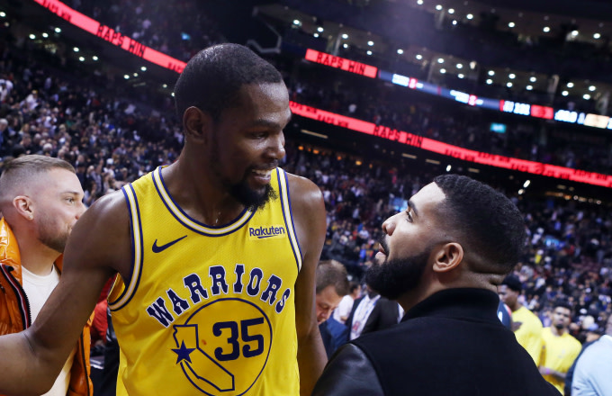 Kevin Durant talks with Drake