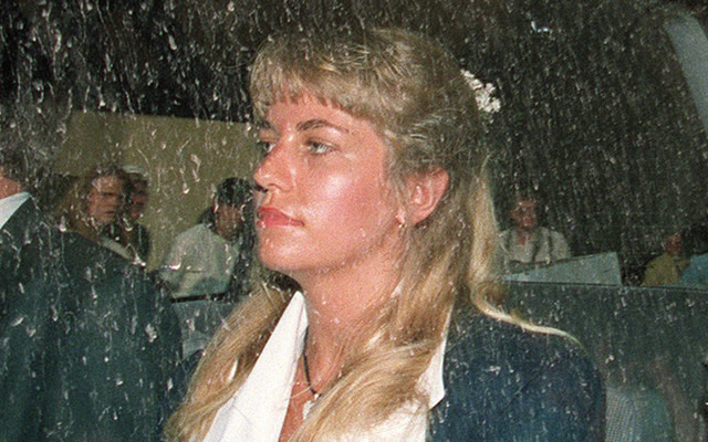 The government offers Homolka a 12-year sentence plea bargain