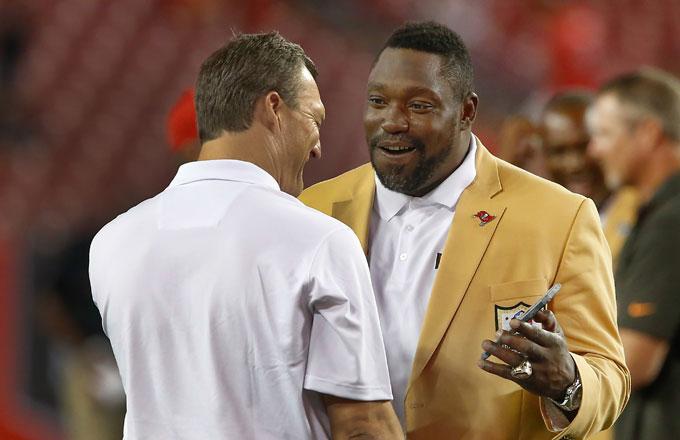 Warren Sapp (R) talks to former teammate John Lynch (L).