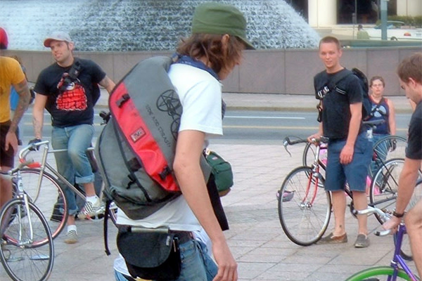 early-2000s-fashion-messenger-bags