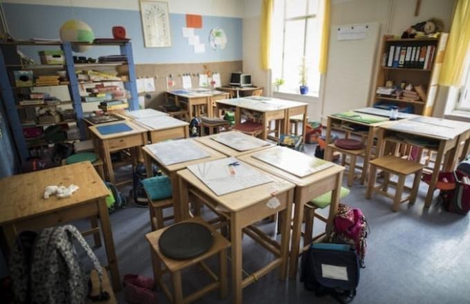 classroom-desk-chairs-school
