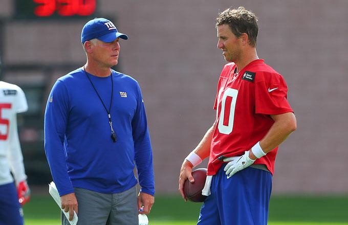 Eli Manning (R) and Giants coach Pat Shurmur.