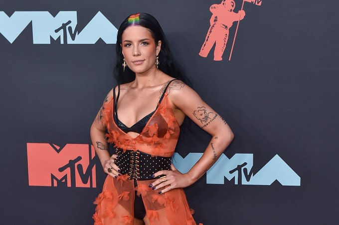 Halsey Denies Claims She Was Ignoring Shawn Mendes Vma