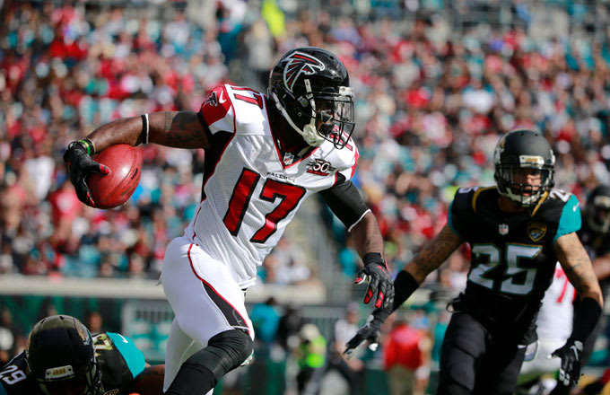 Devin Hester carries the ball in a 2015 game against the Jacksonville Jaguars.