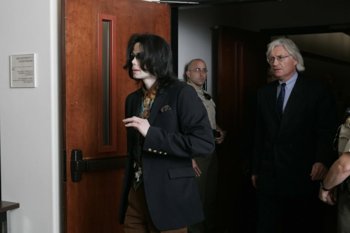 Michael Jackson and lead defense attorney Thomas Mesereau leave a Santa Barbara County courtroom