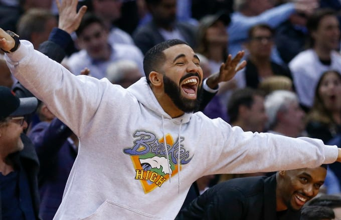 Drake gets in on the fun as the 4th quarter winds down.