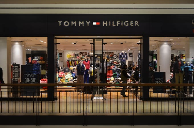 tommy hilfiger the 90 greatest 39 90s fashion trends complex. Black Bedroom Furniture Sets. Home Design Ideas