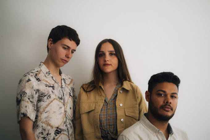 "Premiere: Indie Pop Trio Vaarwell Share Dreamy Love Song ""No Place For You"""