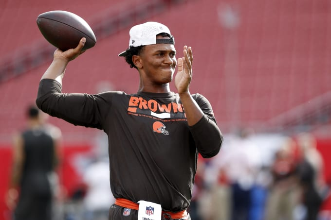 DeShone Kizer warms up for the Browns.