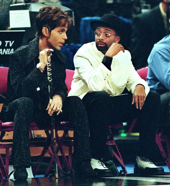 Spike Lee talks to Prince during 1998 NBA All-Star Game