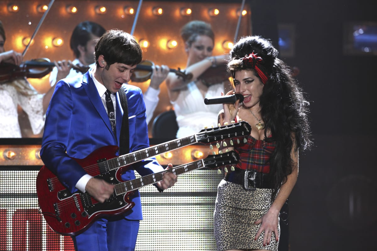 """17 Cover Songs That Are Better Than The Original - Mark Ronson & Amy Winehouse - """"Valerie"""" (The Zutons Cover)"""