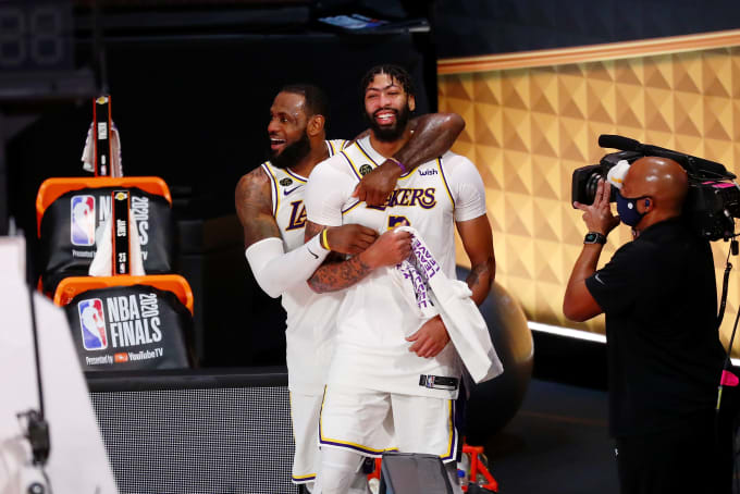Anthony Davis LeBron James Game 6 Lakers Heat 2020 Hug